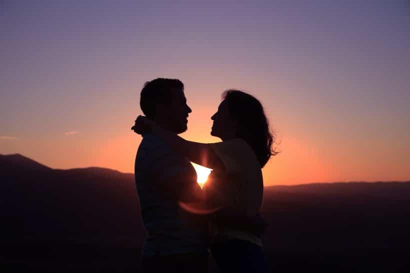 couple devant coucher de soleil